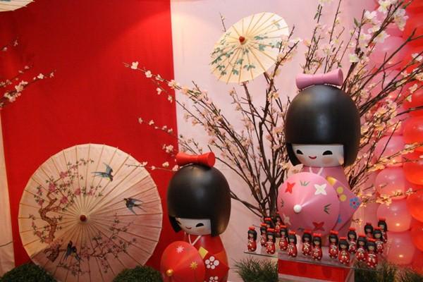 decoracao festa kokeshi:festa de aniversário de um ano foi o tema das tão famosas kokeshi